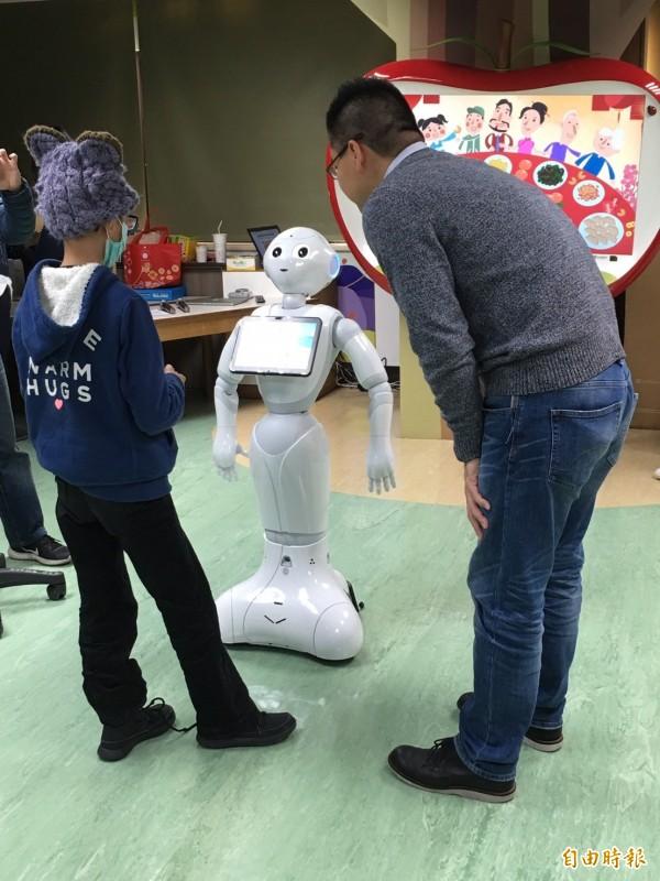 病童與機器人Pepper互動玩遊戲。(記者林惠琴攝)