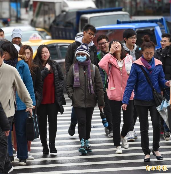 中央氣象局預報員徐仲毅表示,這波寒流預計明天清晨減弱,週三(小年夜)各地白天將明顯回溫。(資料照)