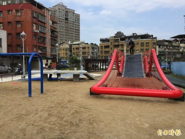 佳和公園設有大型波浪攀爬網,下方有沙坑提供小朋友遊戲空間。(記者邱書昱攝)