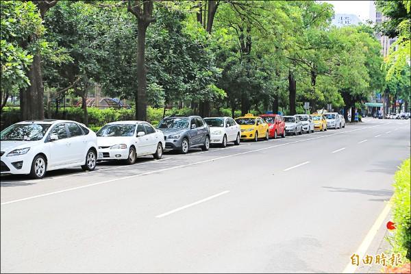 路邊汽機車停車格、公有路外無柵欄機管制停車場,十五日至十九日暫停收費。 (記者黃鐘山攝)