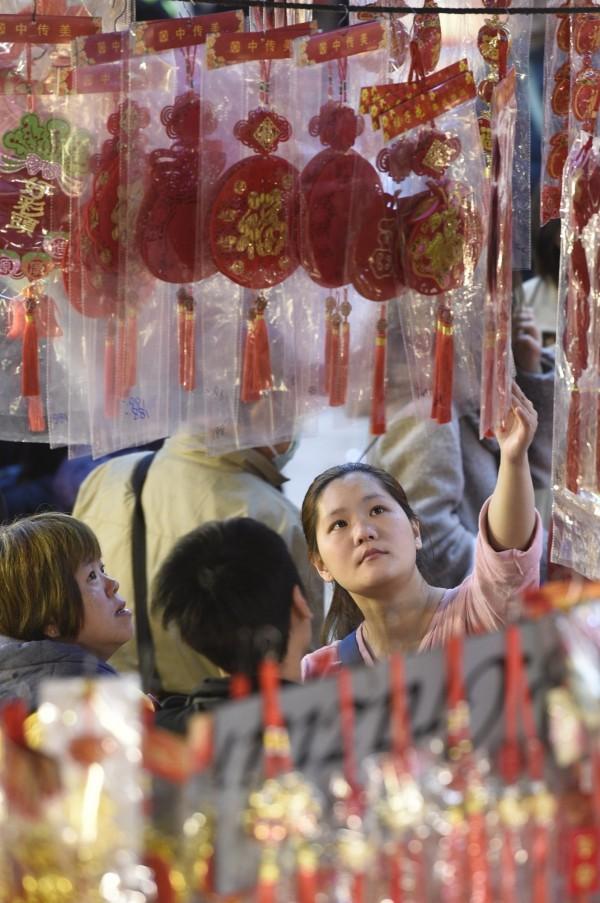新年快到,民眾開始採買年貨。(記者叢昌瑾攝)