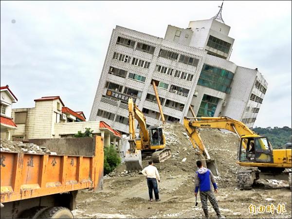 雲門翠堤大樓拆除作業困難,技師僅能逐步堆置土方墊高施作平台後才能進行拆除。 (記者王峻祺攝)