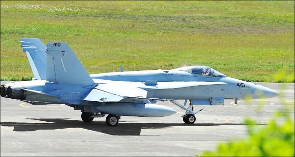 知情官員透露,F/A-18配備推力超過一萬磅的「奇異F414-GE-400」渦輪發動機,也是我國現役IDF戰機等國造戰機望塵莫及的關鍵技術,但「如果是在廿年前(有採購機會),我會很高興」。圖為2015年迫降台南的美軍F-18戰機。(資料照)