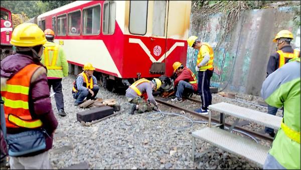 台鐵阿里山森林鐵路管理處人員正在搶修出軌的列車。(記者蔡宗勳翻攝)