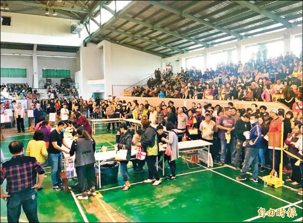 屏東潮州春節市集吸引全台攤商前來「卡」位搶標。(記者邱芷柔攝)