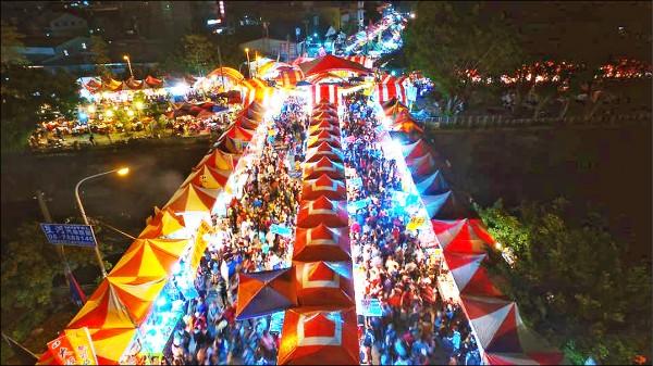 擁有30年歷史的潮州春節市集,近年攤位競標價格屢創新高,今年以4天160001元標出了史上最高價。(潮州鎮公所提供)