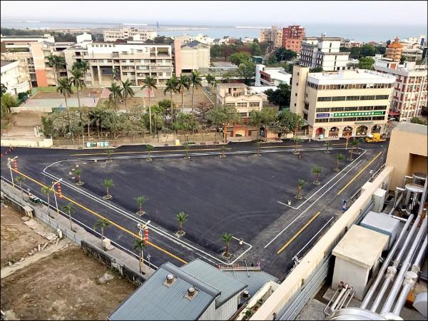 花蓮統帥大飯店經過6天拆除、整地後,昨天完成整地及劃線作業,附近商圈也恢復正常。(花蓮縣政府提供)