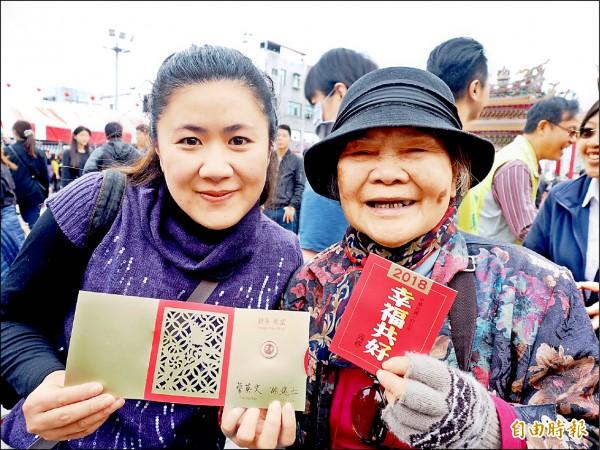 為了領總統蔡英文親自發放的「幸福共好」一元紅包福袋,上千民眾昨一大早就到台東天后宮排隊。(記者王秀亭攝)