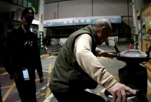 王姓老翁(右)牽著他人的機車要加油,險些被當成竊賊。(記者周敏鴻翻攝)