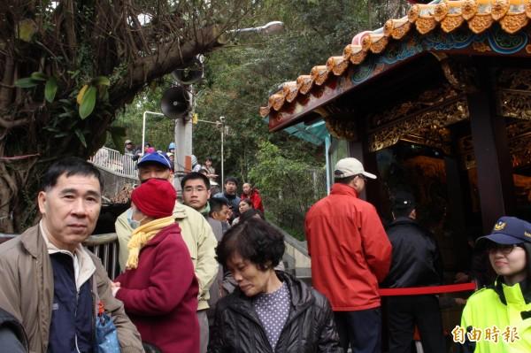 許多民眾一早排隊等待,綿延整個登山步道。(記者邱書昱攝)