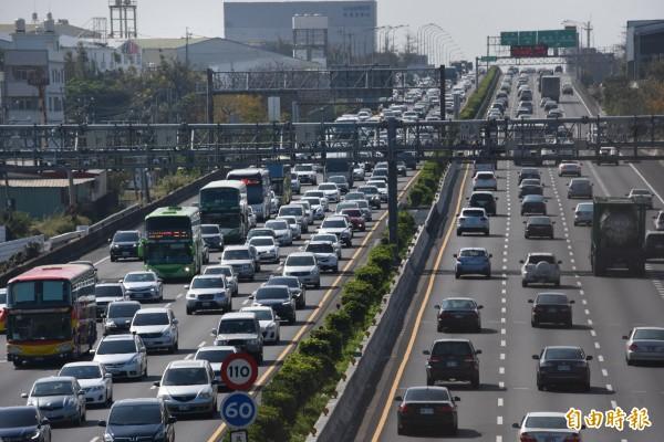 國道1號台中段北上嚴重塞車,南下雖然車多,但車流還算順暢。(記者李忠憲攝)