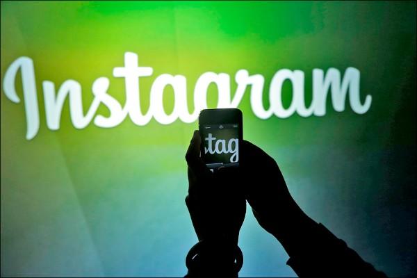 圖為臉書位於加州Menlo Park總部牆上Instagram的標誌。(美聯社檔案照)