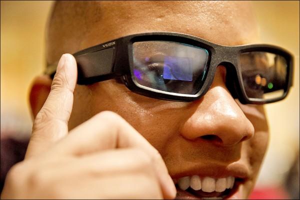 圖為2018消費性電子展中,民眾試戴Vuzix發表的AR眼鏡Vuzix Blade。(彭博)