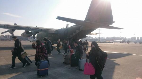 濃霧影響正常航班,今天金門啟動了兩波軍機疏運,共搭載了140位民眾回到台灣。(民航局提供)