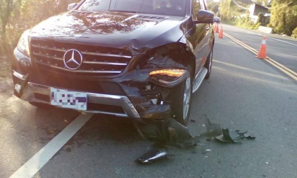 黑色賓士車左側車頭凹損,大燈破裂。(記者鄭名翔翻攝)
