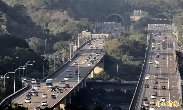 明天大年初五,西部國道不再實施高乘載管制,高公局建議民眾,初五上午出發,一定順暢回台北,但國5於明天下午3時到晚間8時仍會實施高乘載管制。(記者簡榮豐攝)