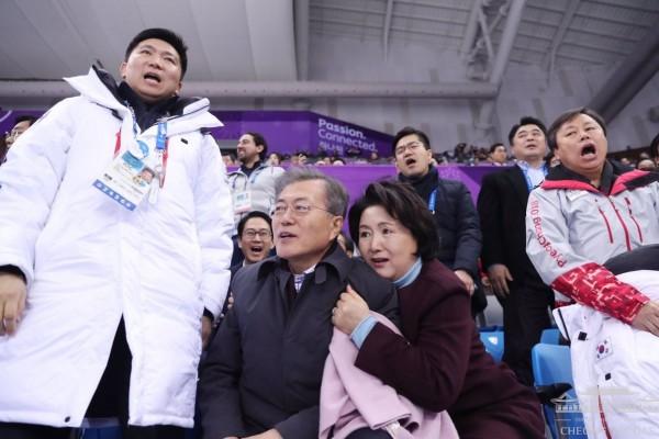 南韓第一夫人金正淑看冬奧太緊張,緊緊抱著南韓總統文在寅。(圖擷自青瓦台推特)