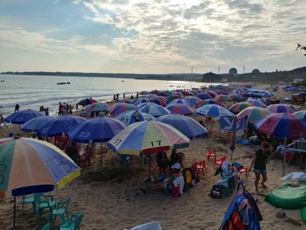 墾丁沙灘春節期間依舊一片傘海。(圖由屏東縣政府提供)