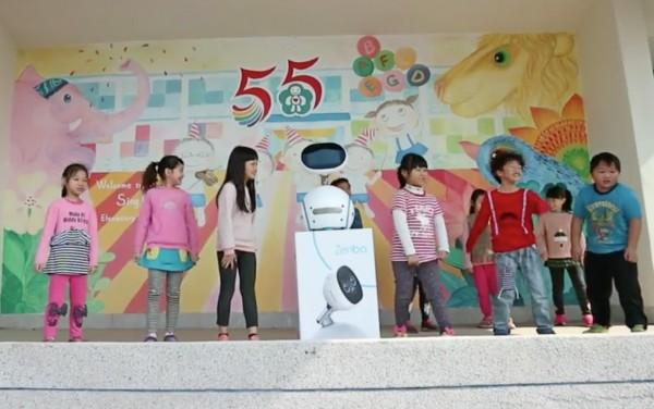 興華國小學生與Zenbo一起跳抖肩舞,為寒假結束收心。(記者陳冠備翻攝)