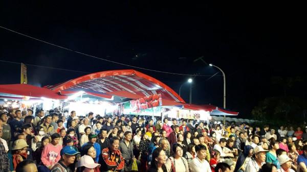 潮州春節市集每晚舉辦春節表演,成功聚客。(潮州鎮公所提供)