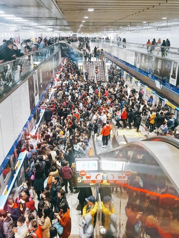 北捷板南線傳出有列車訊號異常,在停靠忠孝敦化站後要求車上所有乘客下車,上百人同時下車,瞬間擠爆車站月台。(圖擷取自PTT)