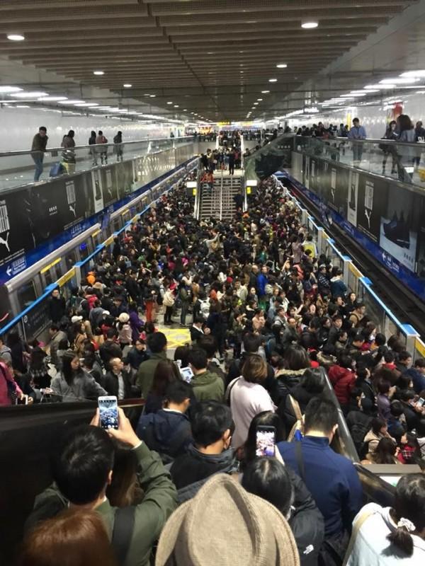 北捷板南線傳出有列車訊號異常,在停靠忠孝敦化站後要求車上所有乘客下車,上百人同時下車,瞬間擠爆車站月台。(圖擷自臉書)