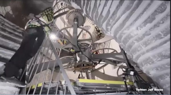 「萬年鐘」目前正在美國德州一座山的內部組裝,「1秒」相當於「1年」、可運行1萬年。(圖擷取自Jeff Bezos Twitter影片)