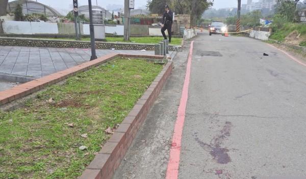 警方研判草地上較大血漬是死者最後倒下的地點。(記者魏瑾筠翻攝)