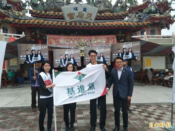 陳嘉伶(左)、蘇鈺雯(左二)、李宗霖(右二)將代表基進黨參選南市議員。(記者邱灝唐攝)