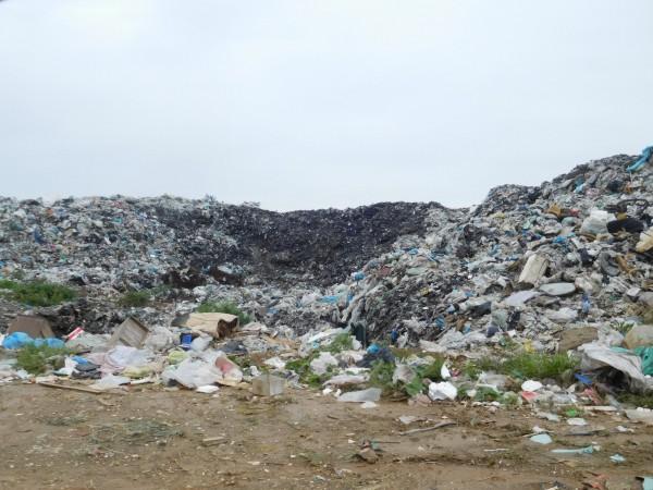 新竹縣環保局統計全縣垃圾累積堆置約1萬2000多公噸,其中竹北、新豐垃圾掩埋場就有約7100多公噸,已請各公所配合加強宣導垃圾分類和破袋檢查,力求垃圾減量。(新竹縣環保局提供)