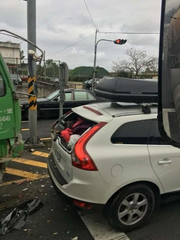 一台富豪汽車遭砂石車追撞,後玻璃碎裂,但車體卻相當完整。(圖擷取自「台灣新聞記者聯盟資訊平台」)