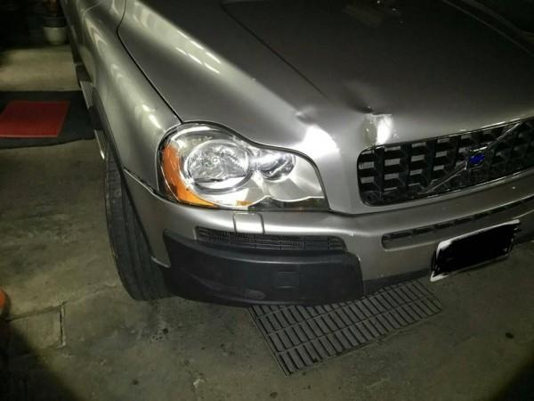 富豪老車車頭板金輕微凹陷。(圖翻攝自爆料公社)
