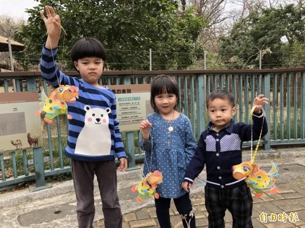 壽山動物園本週日提前發放666盞「旺來狗小提燈」。(記者葛祐豪攝)