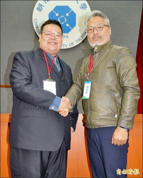 台灣神農公司董事長江竹翔(左),以「生物誘導型取代劑」(費洛蒙誘蟲劑)進行募資,新加坡商齊威資本公司執行長陸治豪(右)表示,因認同神農公司理念,決定投資三百萬美元。(記者陳建志攝)