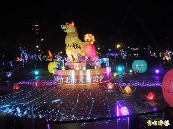 十犬十美有GO旺!竹北燈會「福犬報喜旺新年」主燈今晚點亮,炫麗的燈光秀耀眼奪目。(記者廖雪茹攝)