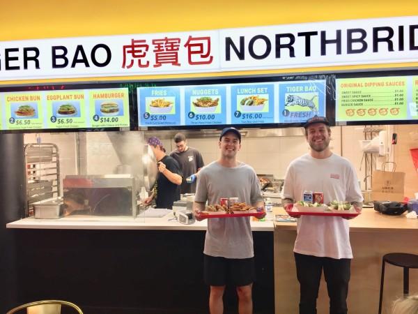 蕭奧(右)和弟弟在伯斯開刈包店,在當地頗受歡迎。(中央社)