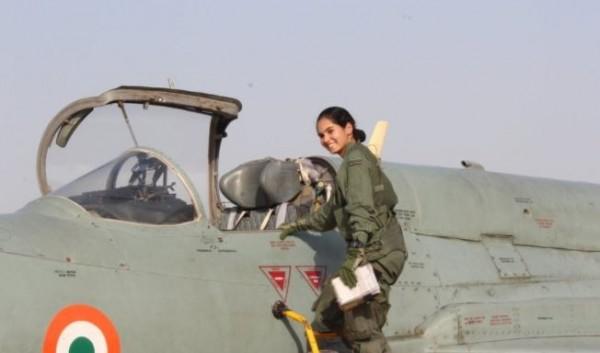 印度空軍24歲女飛行員查杜維蒂(Avani Chaturvedi)近日駕駛米格-21戰鬥機(MiG-21 Bison),完成獨自飛行30分鐘壯舉。(擷取自印度空軍推特)