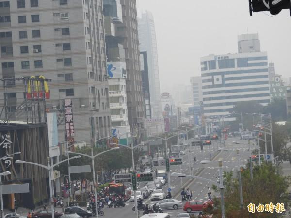 高雄市區一片霧霾,監測站全部呈現對所有族群不健康的「紅害」等級。(記者葛祐豪攝)