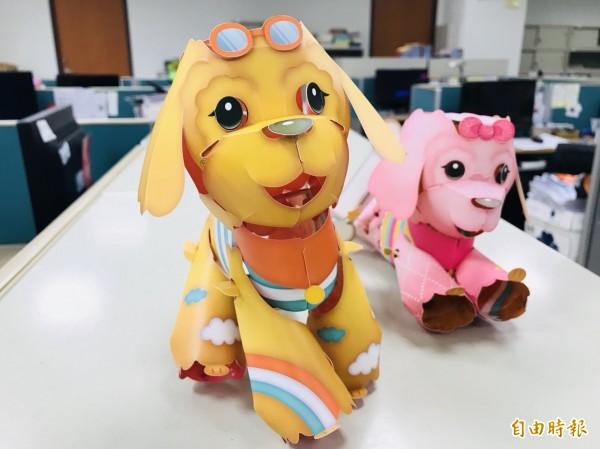 國稅局花蓮分局今年首推雙面福氣狗燈籠,民眾喜歡哪款就折哪一面,同時擁有2種造型。(記者王峻祺攝)