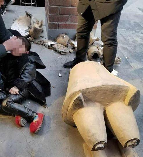 5歲女童碰觸店家仿製的兵馬俑,卻被砸成重傷。(圖擷取自《都市快報》)