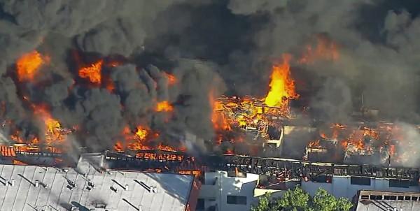 美國加州洛杉磯公寓大樓發生火災,延燒至整棟建築物。(美聯社)