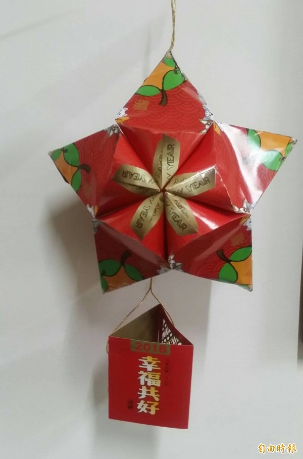 大里立德社區發展協會今天舉辦「環保燈籠DIY」活動,民眾發揮創意以小英總統發放的「幸福共好」小紅包當吊飾。(記者陳建志攝)