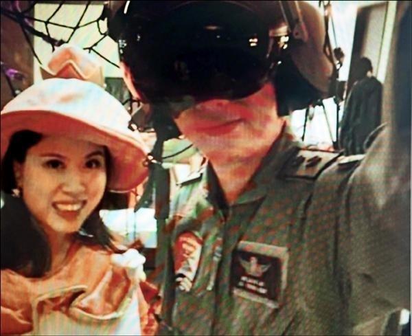 勞乃成(右)因違紀帶親友團入營參觀阿帕契直升機遭懲處,左為當時妻邱雅靖。(讀者提供)