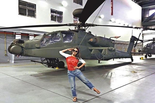 李蒨蓉前年在阿帕契直升機前的拍照姿勢,在當時成為眾人笑柄。(翻攝自網路)