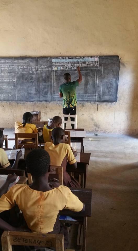 卡德沃在迦納農村的一間學校教授資訊和通訊技術的課程,面對沒有電腦的學生們,卡德沃決定用粉筆在黑板上畫出Microsoft Word界面,一步一步教導孩童們電腦技能。(圖擷取自卡德沃臉書)