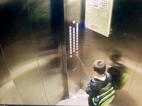 尿尿小童4ni? 強國屁孩朝電梯按鈕撒尿  受困崩潰求救