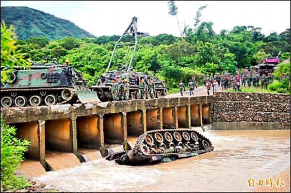 陸軍564旅戰車墜溪釀4死喪。(資料照)