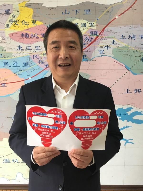 頭份市長徐定禎鼓勵民眾認養路燈做公益。(記者鄭名翔攝)