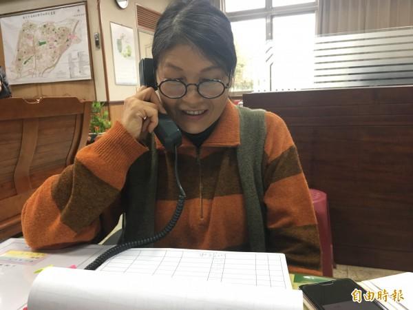 頭份市公所超級業務員林鳳蓮積極聯絡認養人。(記者鄭名翔攝)