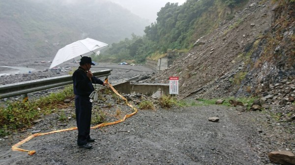 金峰鄉公所在通往山區的路口設禁止進入告示牌,遊客卻無視進入。(記者王秀亭翻攝)